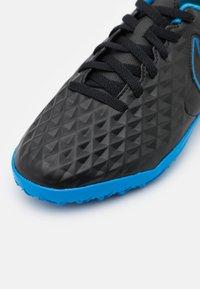 Nike Performance - JR TIEMPO LEGEND 8 CLUB TF UNISEX - Astro turf trainers - black/light photo blue/cyber - 5