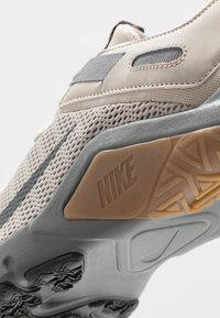 Nike Performance - LEGEND ESSENTIAL - Zapatillas de entrenamiento - string/dark smoke grey/smoke grey/light brown
