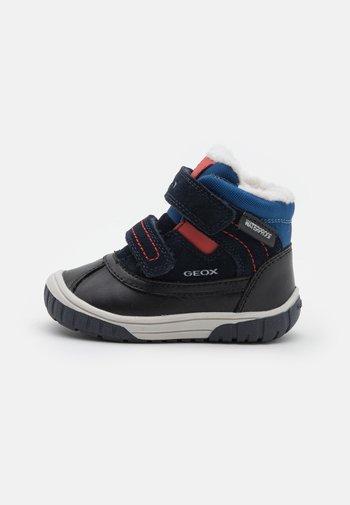 OMAR BOY WPF - Winter boots - navy/dark red