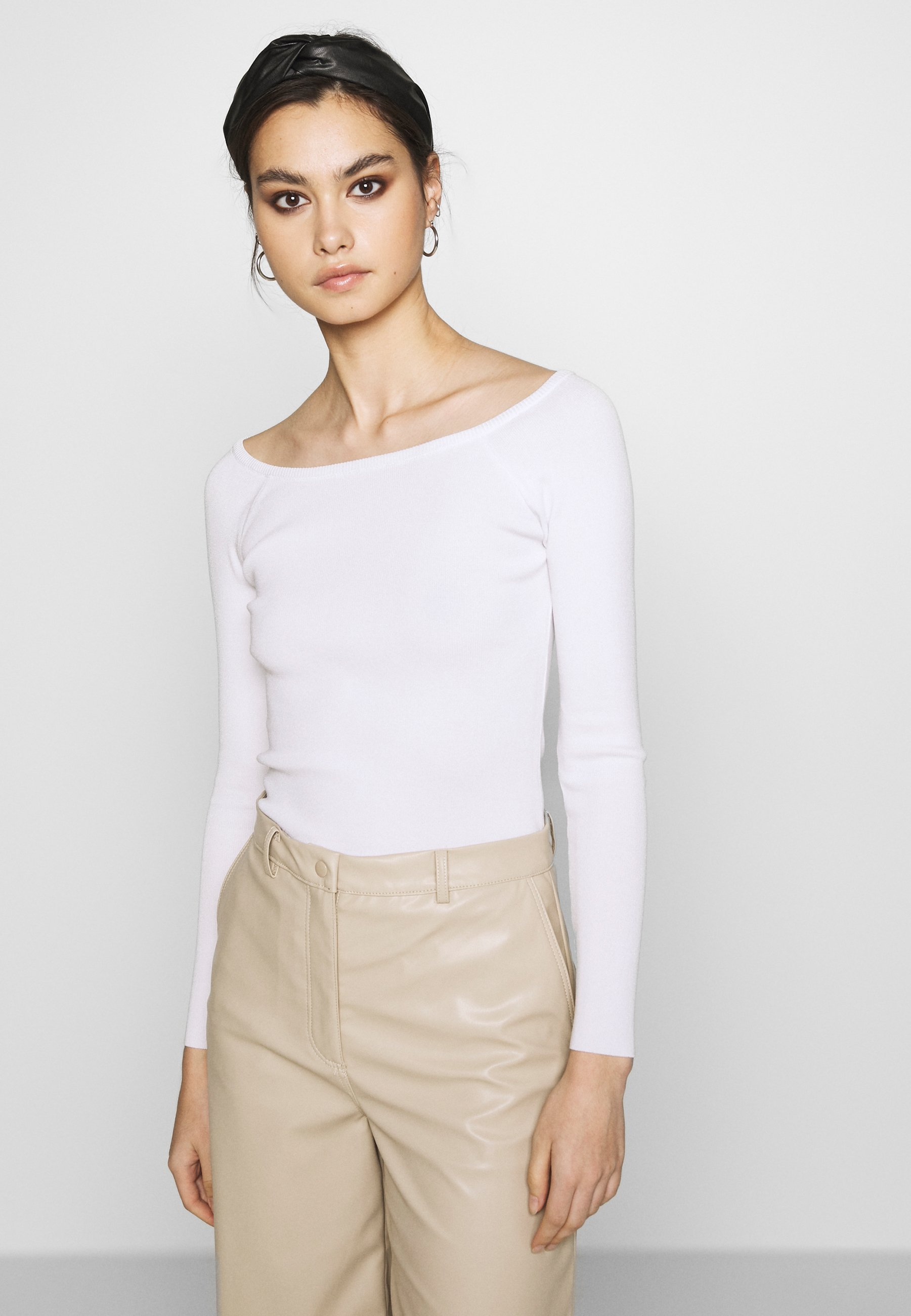 Who What Wear THE LONG SLEEVE OFF THE SHOULDER - Strikkegenser - white