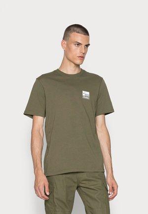 TAYLOR TEE - T-shirt med print - military green