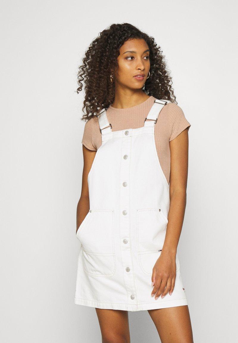 Tommy Jeans - SHORT DUNGAREE SNAP DRESS - Denim dress - work white rigid