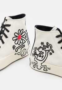 Converse - CONVERSE X KEITH HARING CHUCK 70 - High-top trainers - white/black - 5