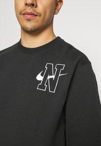 Nike Sportswear - RETRO CREW - Sweatshirt - off noir - 5