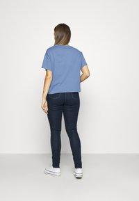 Levi's® - GRAPHIC VARSITY TEE - T-shirts med print - serif blue - 2