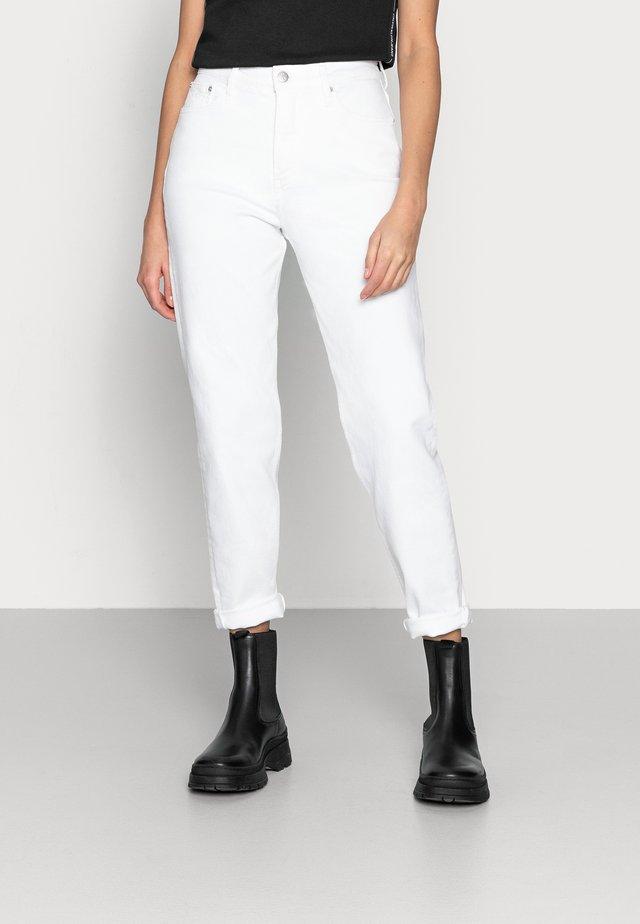 MOM JEAN - Džíny Slim Fit - white