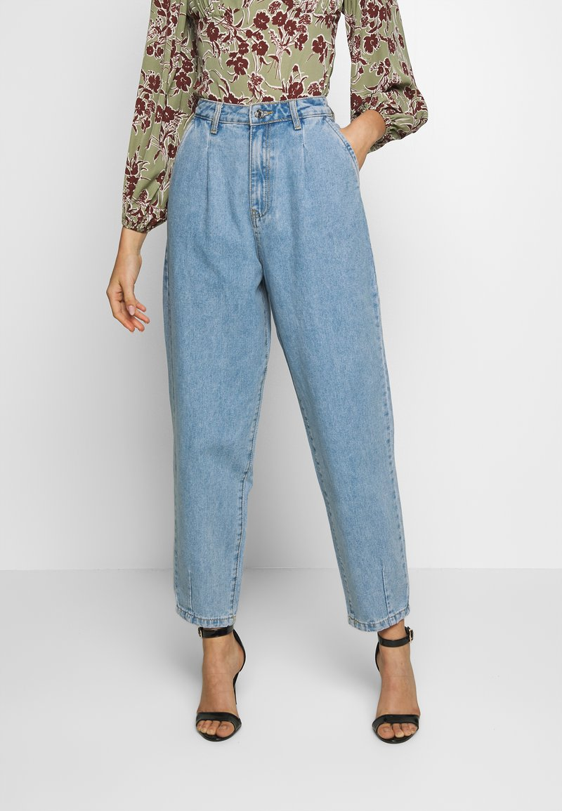 Missguided - SLOUCH HIGHWAISTED PLEAT DETAIL - Relaxed fit jeans - lightwash
