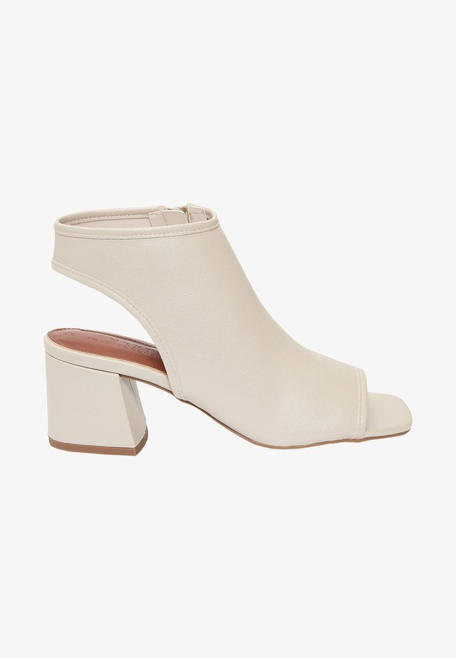 Sandały z cholewką - off white