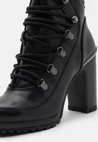 DKNY - LENNI LACE UP - Kotníková obuv na vysokém podpatku - black - 6
