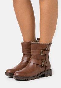 Dorothy Perkins - ARUBABUCKLE BOOT - Kovbojské/motorkářské boty - brown - 0