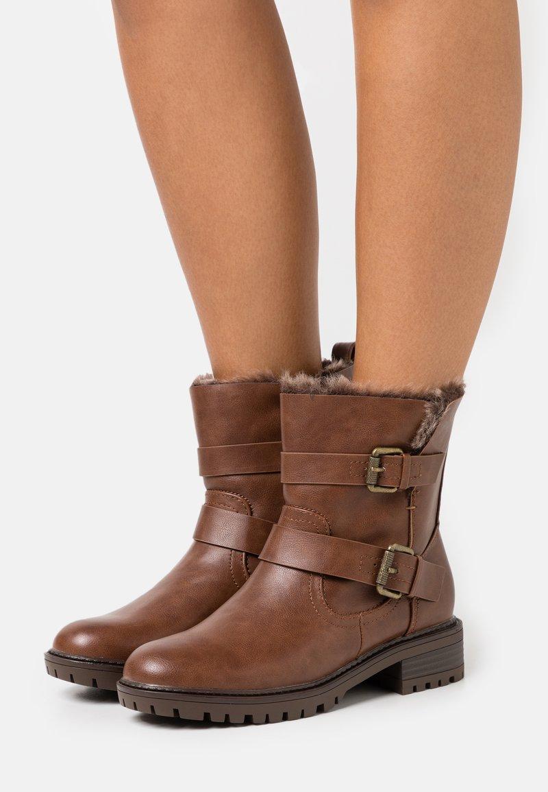 Dorothy Perkins - ARUBABUCKLE BOOT - Kovbojské/motorkářské boty - brown