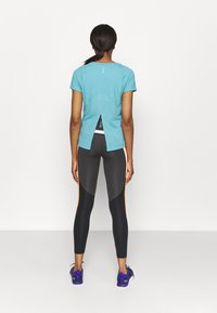 Under Armour - ISO CHILL RUN  - Print T-shirt - cosmos - 2