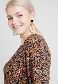 New Look Curves - LILIAN DITSY LATTICE WAIST DRESS - Robe d'été - black - 3