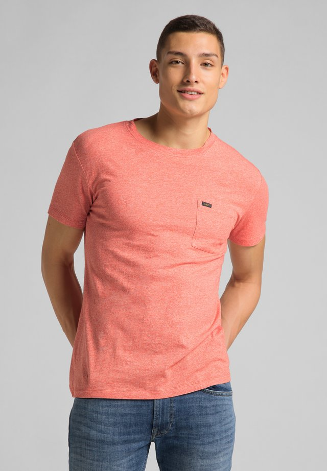 ULTIMATE POCKET TEE - T-shirt con stampa - aurora red