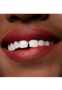 MAC - POWDER KISS LIQUID LIPCOLOUR - Rouge à lèvres liquide - devoted to chili - 4