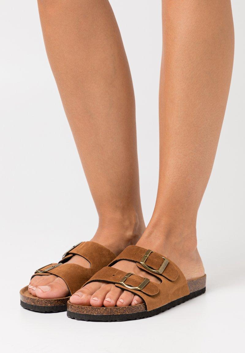 Rubi Shoes by Cotton On - REX DOUBLE BUCKLE SLIDE VEGAN - Mules - tobacco rough