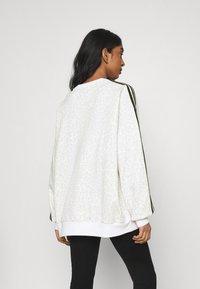 adidas Originals - LEOPARD CREW - Sweatshirt - multco/white/talc - 2
