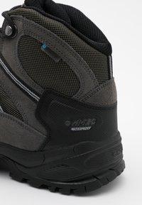 Hi-Tec - BANDERA LITE MID WP - Chaussures de marche - olive night/black/charcoal/cool grey - 5