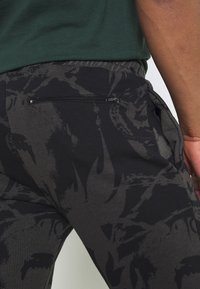 Criminal Damage - ABSTRACT JOGGER - Tracksuit bottoms - black - 3