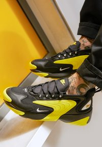 Nike Sportswear - ZOOM  - Sneakers - black/white/dynamic yellow - 8