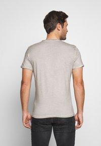 Key Largo - HIGHWAY BUTTON - Print T-shirt - silver - 2