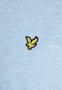 Lyle & Scott - T-shirt med print - fresh blue - 2