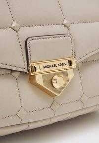 MICHAEL Michael Kors - SOHO CHAIN - Håndveske - light sand - 4