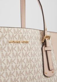 MICHAEL Michael Kors - VOYAGER SIGNATURE TOTE - Handtas - soft pink - 5