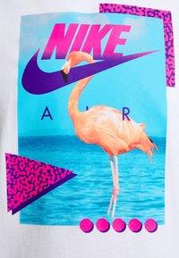 Nike Sportswear - M NSW BEACH FLAMINGO - Print T-shirt - white - 5