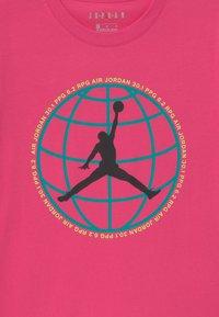 Jordan - MOUNTAIN SIDE GLOBE UNISEX - Print T-shirt - watermelon - 2