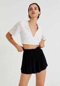 PULL&BEAR - MIT GUMMIZUG - Shorts - mottled black - 0
