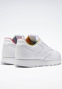 Reebok Classic - CLASSIC LEATHER PRIDE SHOES - Trainers - white - 5