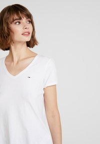 Tommy Jeans - SOFT V NECK TEE - T-shirts - classic white - 3