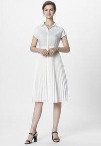 Apart - KLEID - Vestido camisero - cream - 1