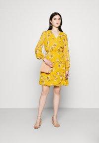 Vero Moda - VMZALLIE WRAP DRESS - Kjole - chai tea/zallie - 1