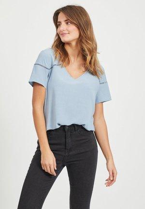 MIT KURZEN ÄRMELN V-AUSSCHNITT - Basic T-shirt - ashley blue