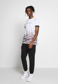 Kings Will Dream - KAYDON WITH FADE ZEBRA - Print T-shirt - white - 1