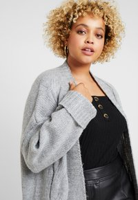 Lost Ink Plus - CABLE CARDIGAN - Gilet - grey - 3