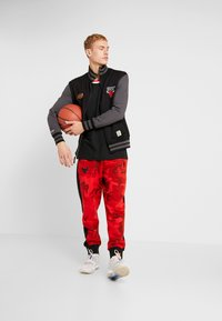 Mitchell & Ness - NBA CHICAGO BULLS VARSITY JACKET - Pelipaita - black - 1