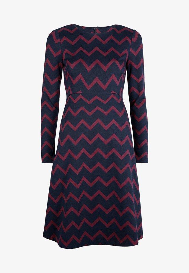 ANNIE  - Jersey dress - navy/rubinrot, einfarbiges zickzackmuster