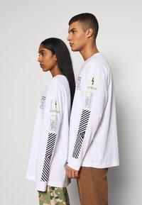 RETHINK Status - UNISEX - Long sleeved top - white - 5