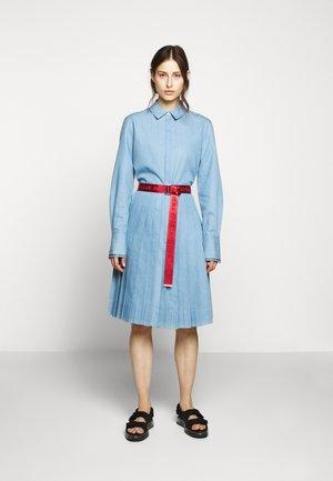 DRESS LOGO BELT - Vestido camisero - mid blue
