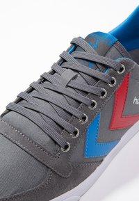 Hummel - SLIMMER STADIL - Sneakers laag - castle rock/ribbon red/bril blue - 5