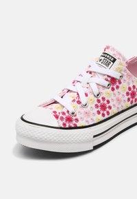 Converse - CHUCK TAYLOR ALL STAR EVA LIFT OX UNISEX - Zapatillas - white/pink/black - 6