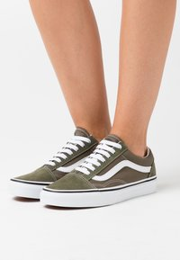 Vans - OLD SKOOL UNISEX - Sneakers - grape leaf/true white - 0