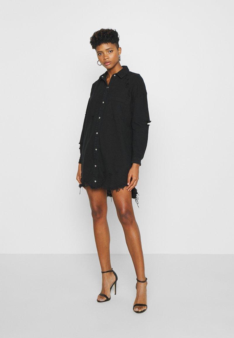 Missguided - SUPER DISTRESS DENIM DRESS - Denimové šaty - black