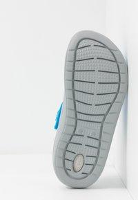 Crocs - LITERIDE RELAXED FIT - Drewniaki i Chodaki - ocean/light grey - 4
