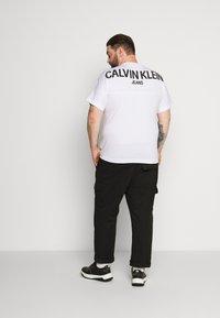 Calvin Klein Jeans Plus - Print T-shirt - bright white - 2