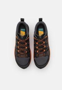 La Sportiva - JACKAL - Běžecké boty do terénu - black/tiger - 3