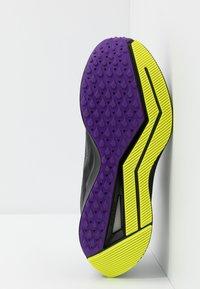 Nike Performance - ZOOM WINFLO 6 SHIELD - Juoksukenkä/neutraalit - oil grey/reflect silver/black - 4